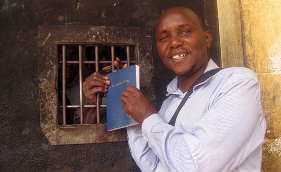handing-bible-to-inmate-in-kenya