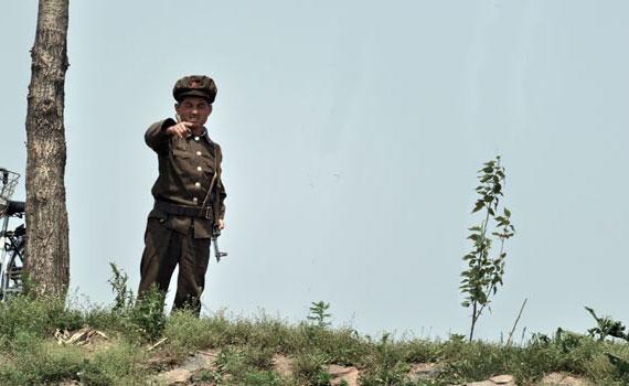 north-korean-border-guard
